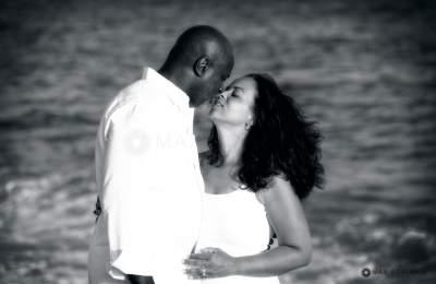 couple kissing by the ocean portrait